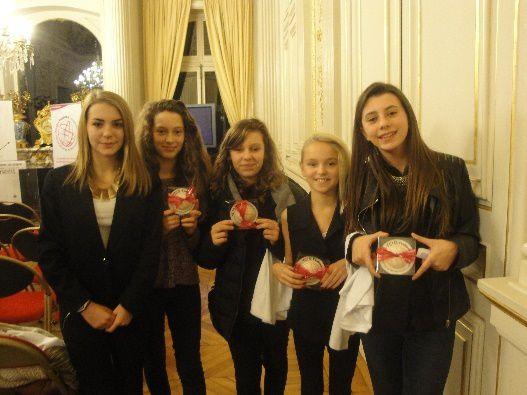 Les élèves présent( e) s ont reçu une médaille de la coopération ... en chocolat!