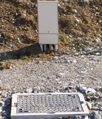Réseau téléphone   Le coffret « Télécom » est reconnaissable aux tubes en PVC rigide et à la chambre de tirage (regard) qui permet de passer les fils dans les fourreaux entre les regards sur les lots et la platine de connexion dans le coffret