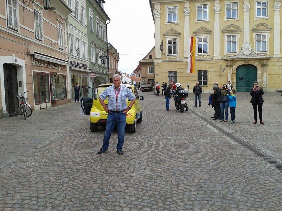 Willi Fischer mit dem legendären gelben Race Car kurz vor dem Massenstart bei 12.UNIQA Sonnenlauf