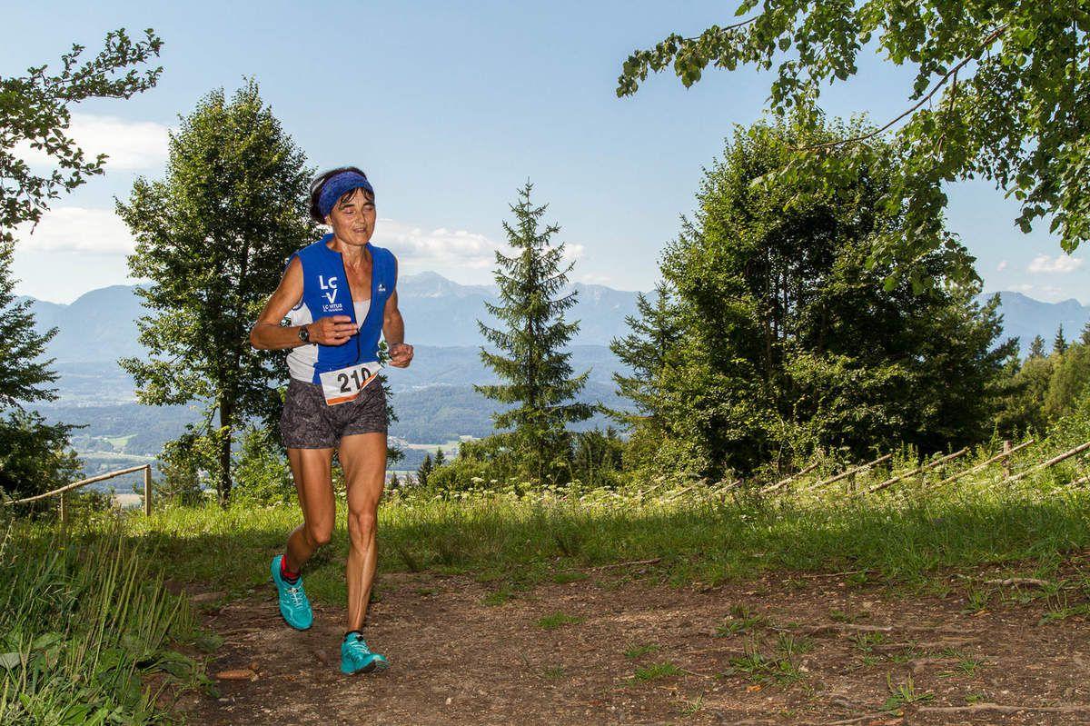 """Helga Tomaschitz (Foto Christina Passegger): """"Wenn ich laufe, laufe ich einfach. Normalerweise in einer Leere. Oder vielleicht sollte ich es umgekehrt ausdrücken: Ich laufe, um Leere zu erlangen. Die Gedanken, die mir beim Laufen durch den Kopf gehen, sind wie Wolken am Himmel. Sie kommen und ziehen vorüber."""" (Haruki Murakami)"""