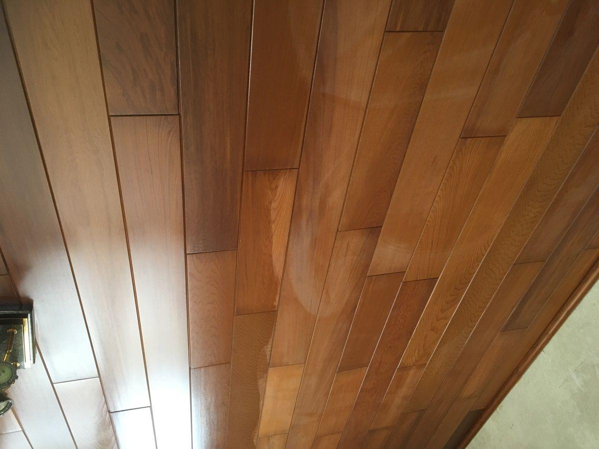 Le plafond du living/salon ... A droite propre et a gauche beurk