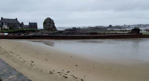 La côte près de Plougrescant et la presqu'île de Beg ar Vilin au fil des marées