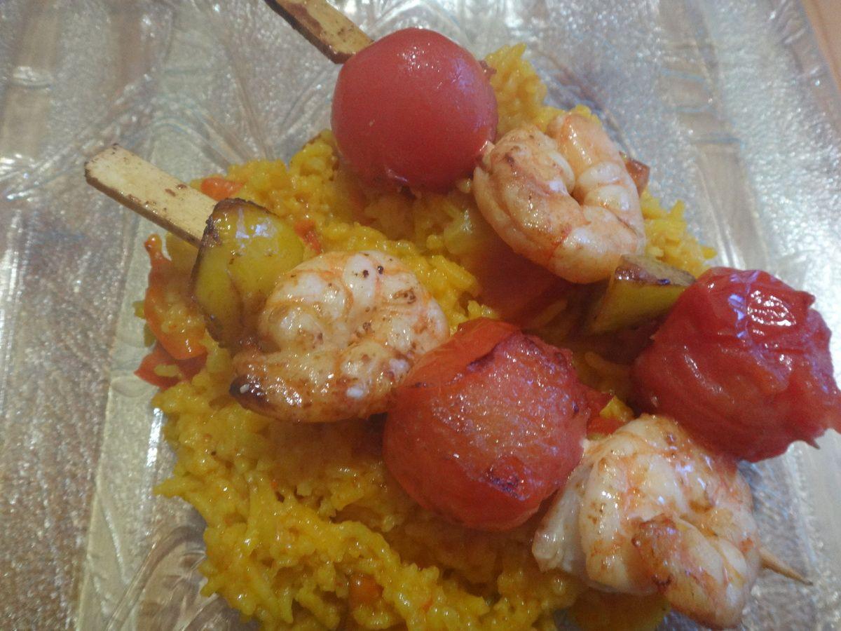 Brochettes de gambas et riz safrané