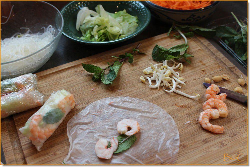 Déposer la feuille de menthe et les deux moitiés de crevette.