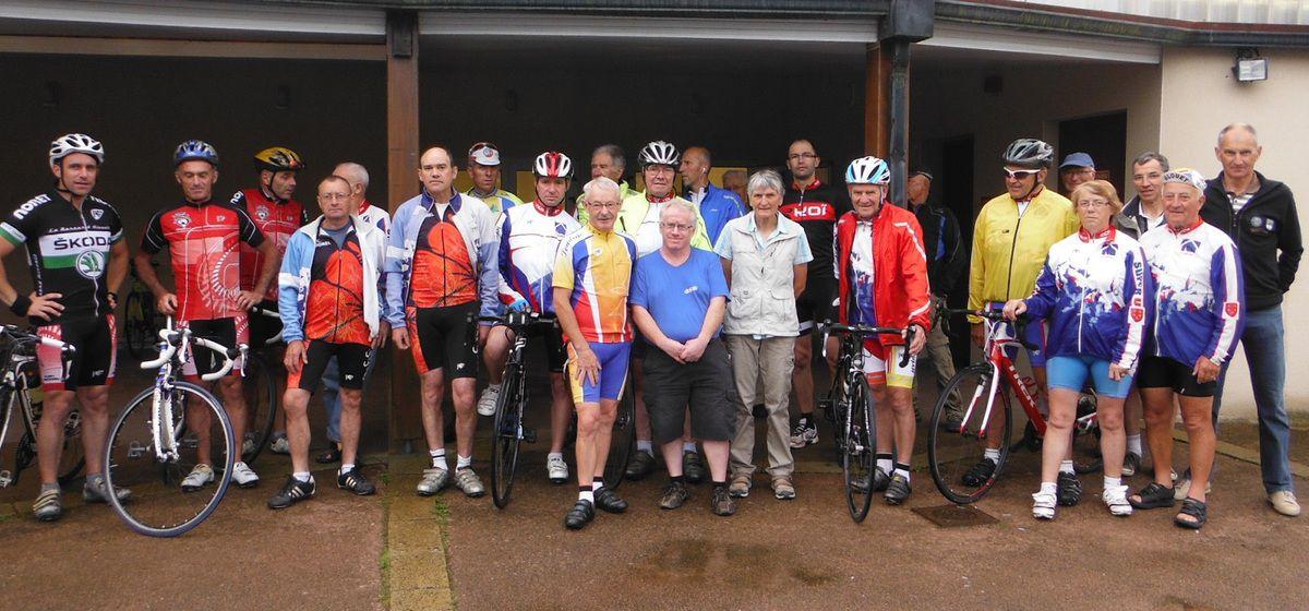 Avant le départ, quelques participants avec Annick  et le président tout à droite.