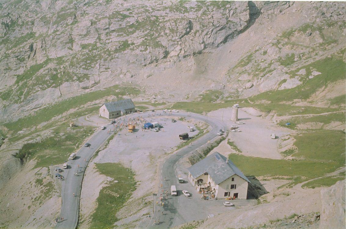Le Galibier à 1 kilomètre du sommet. Entre les deux bâtiments, la stèle Henri Desgrange.