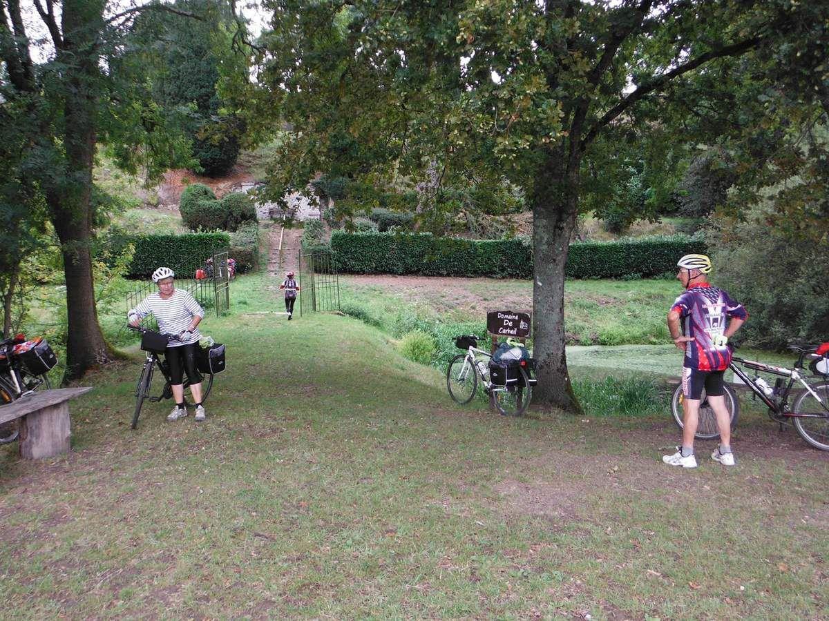 Au fond, les vélos des deux jeunes randonneurs.