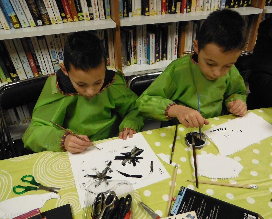 Kévin à gauche et Nolhan s'entrainent avec le pinceau avant de noircir par petites touches leur animal. Lounna découpe son insecte avant de le tacheter de noir. Les enfants n'auront pas le temps de terminer. Mais ils vont quitter la bibliothèque avec leur chouette.