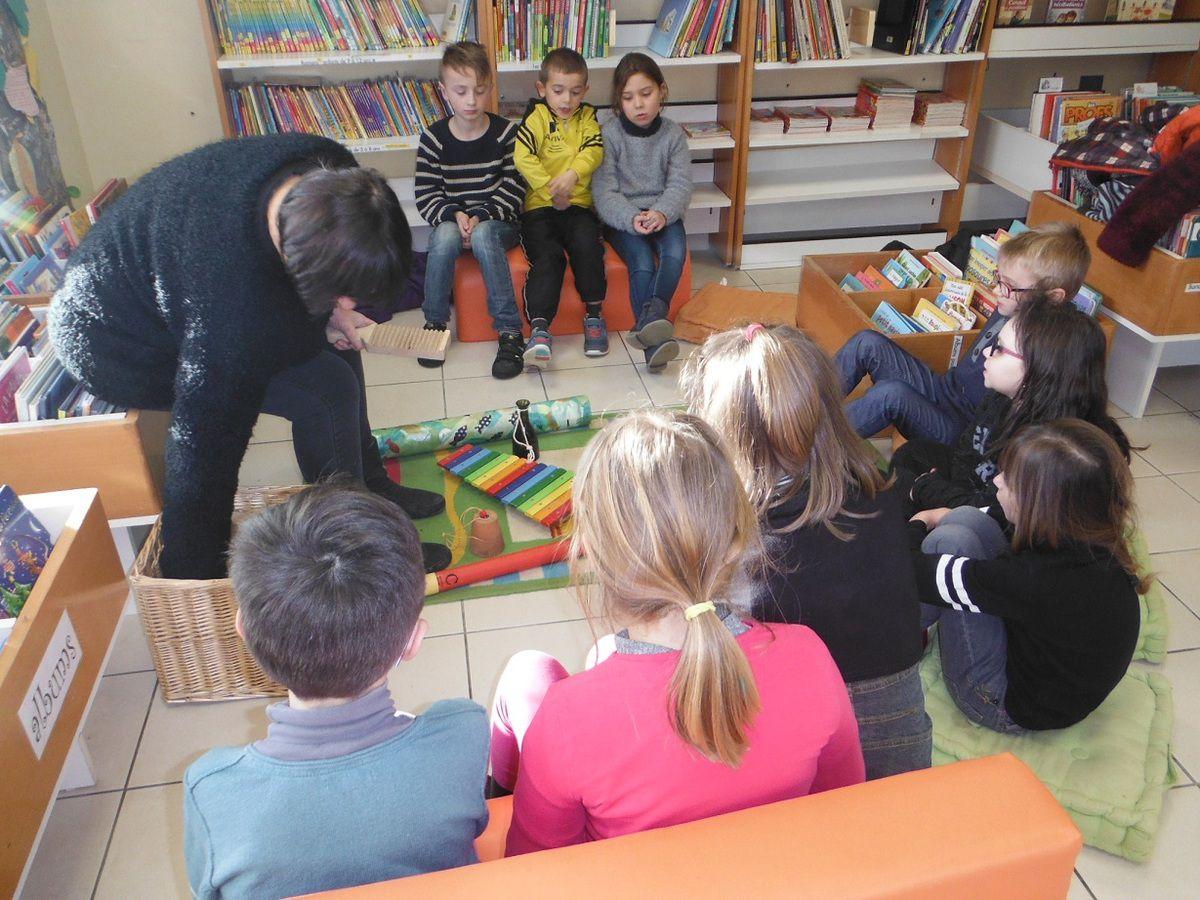 Dolly présente aux enfants les différents instruments.