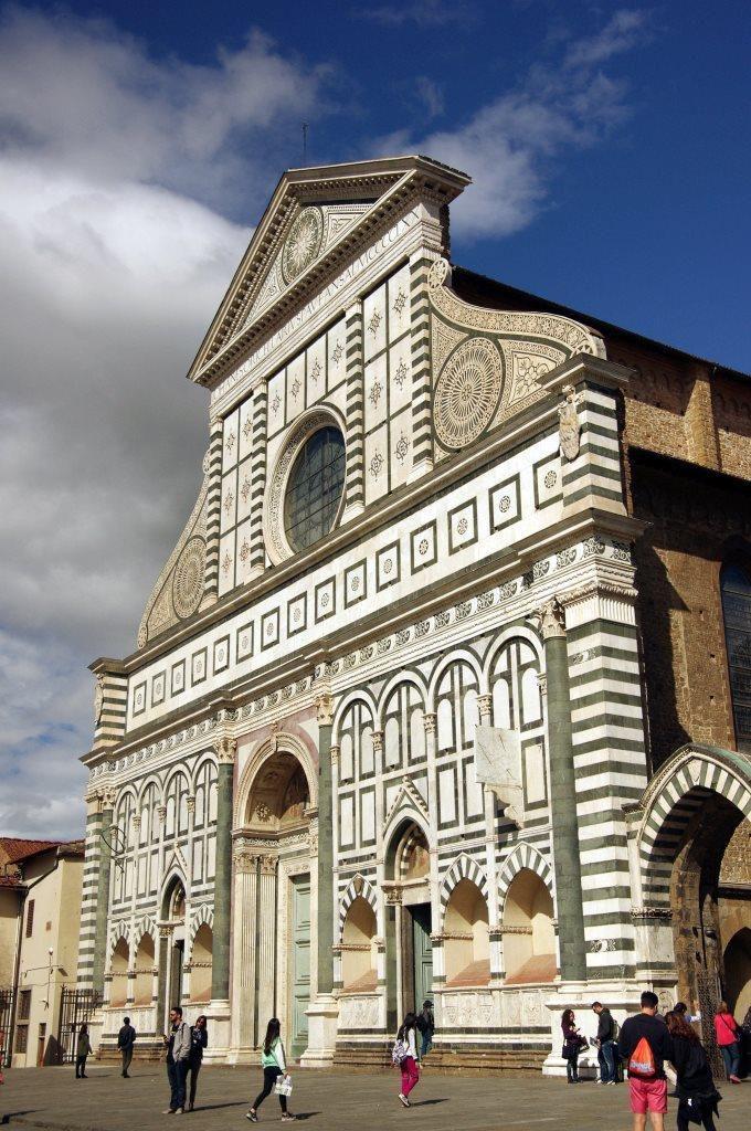 Gotische Dominikanerkirche Santa Maria Novella mit weiß-grün ornamentierter Marmorfassade