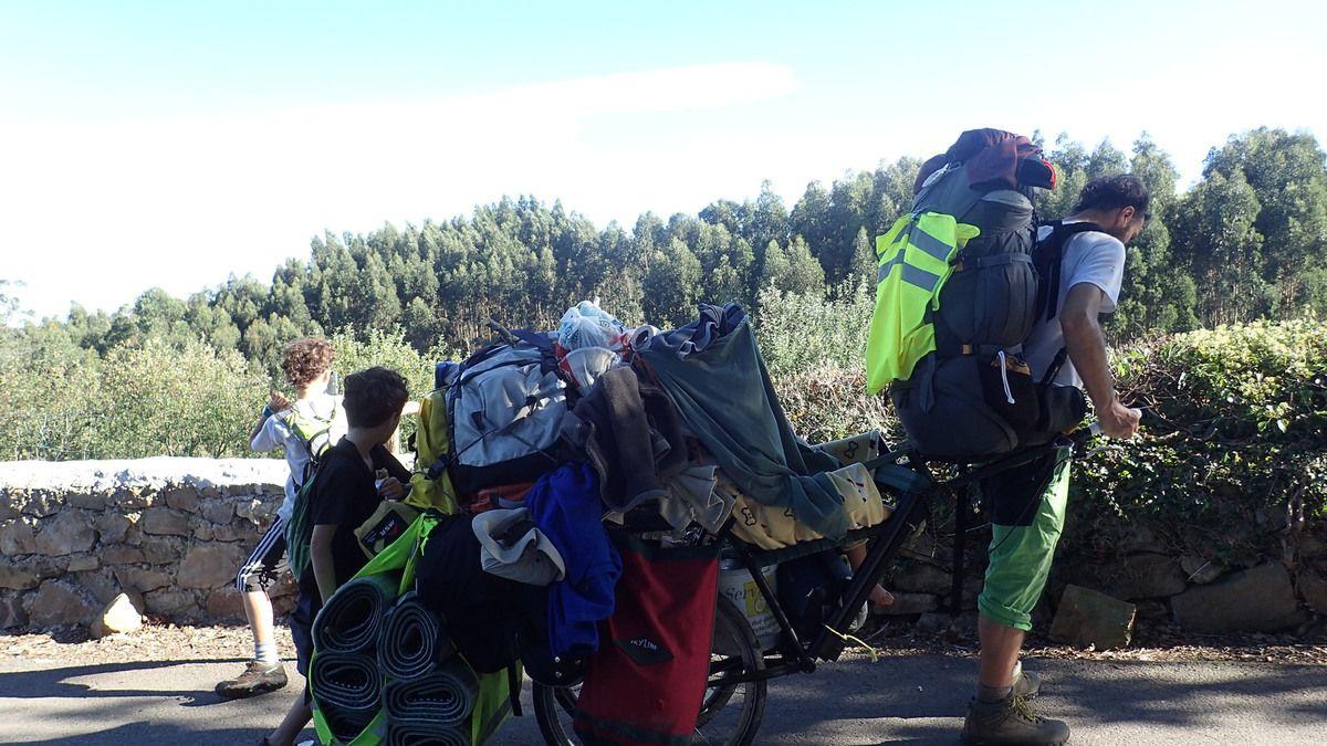 Avec une matinée bien entamée ,petite marche de 10 kms sous la chaleur pour bivouaquer à Vega .