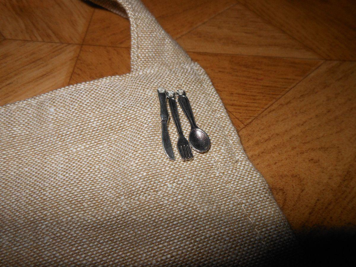 pour la poche du tablier j ai brodé un abecedaire végétarien et j ai cousu des petits charmes