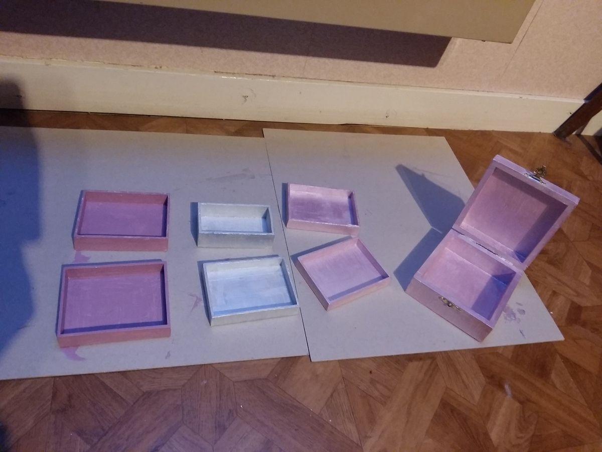 Et pour finir quelques petites boîtes peintes  prêtent à accueillir les prochains petits chats brodés.j ai bien travaillé  aujourd hui