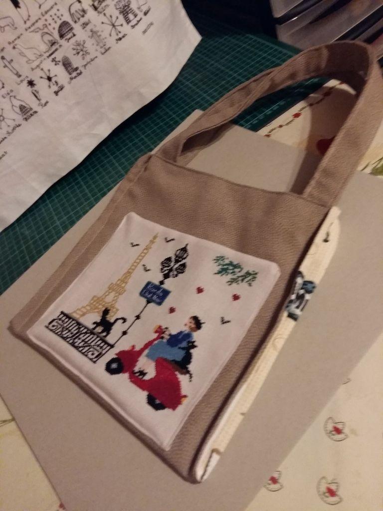 Mon petit chat parisien  c'est transformé  en poche pour un petit sac destiné  à lucie car elle adore cette broderie