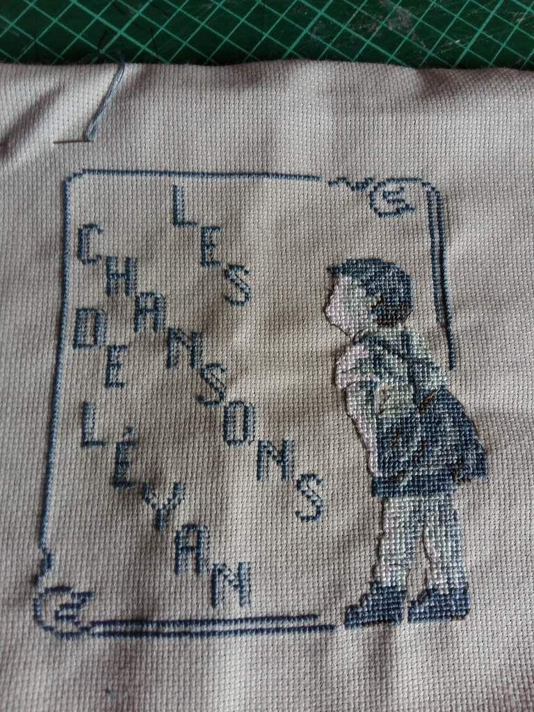 """les broderies comme l écriture sont tirées  de son livre """"souvenirs d enfance"""" alors demain couture pour les monter sur des petits sacs"""