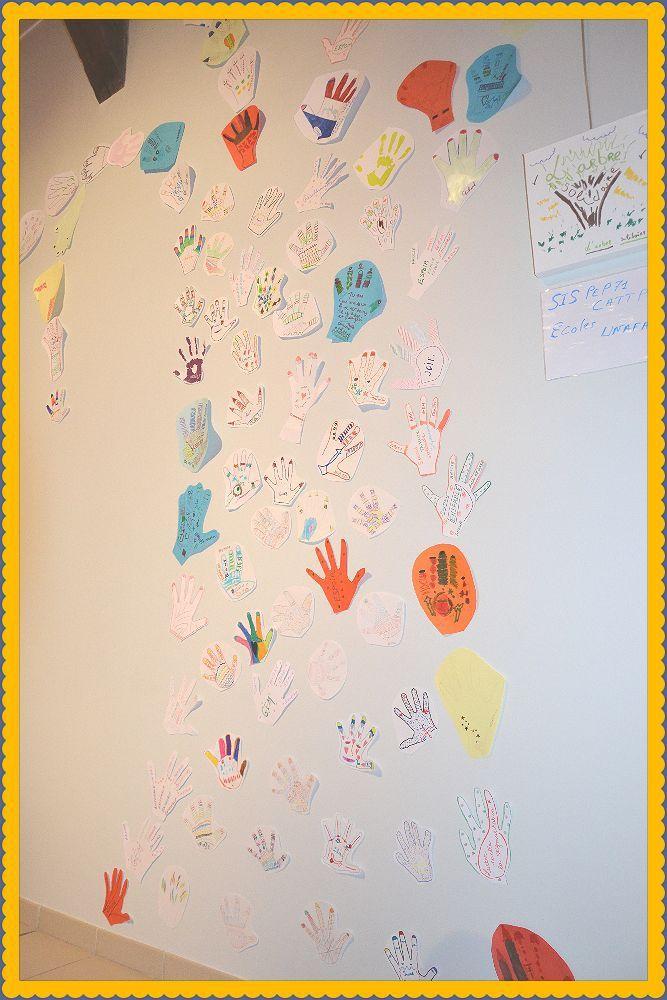 Toutes les mains des z'Artistes collées au mur sous forme d'arbre