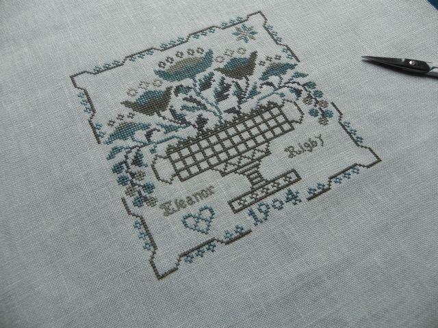 Eleanor Rigby - Blackbird designs sur une toile de lin Antique white 16 fils avec les fils suivants : DMC 646, 3787, 3799 et Malawi de Nina's threads