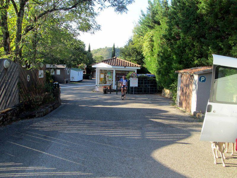 L'entrée du « Domaine des Chênes » avec un retardataire au départ.