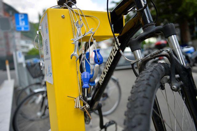 La borne à outils permet de suspendre son vélo et de le réparer gratuitement
