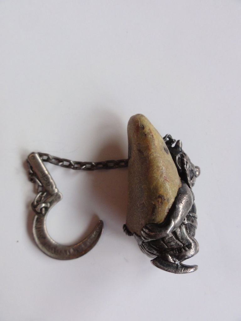 pendentif Obélix, portant un menhir en vraie pierre, appendu à une serpe