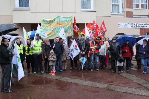 Éducation prioritaire: Rassemblement sous la pluie devant devant les Inspections de l'Éducation Nationale (CIO)