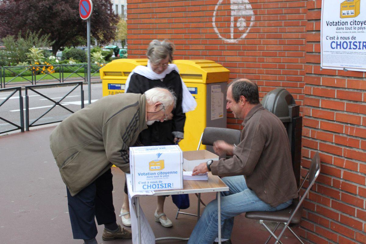 En 2009, les usagers de Dieppe votaient contre la privatisation de La Poste, qui aujourd'hui détruit les emplois