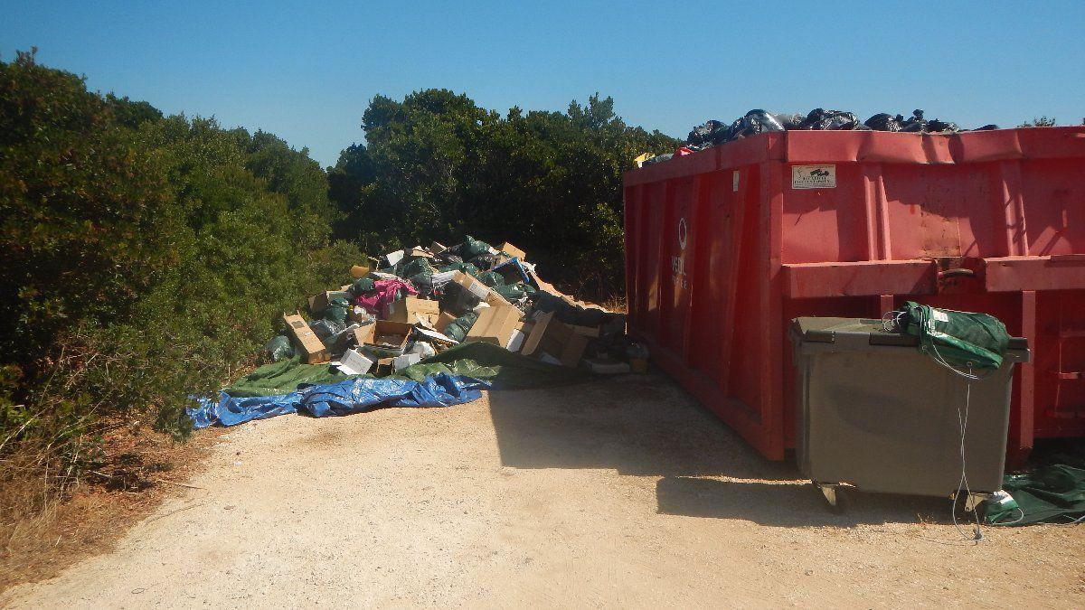 Pas de bateau pour évacuer nos poubelles >>> ça déborde à la zone de déchets de l'île du Levant !