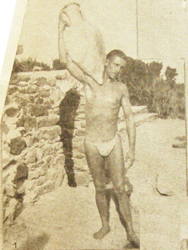 revue NATURISME n°306 du 3 mai 1934 - Légende : A l'île du Levant, un naturiste transporte une vieille amphore trouvée dans la Méditerranée.