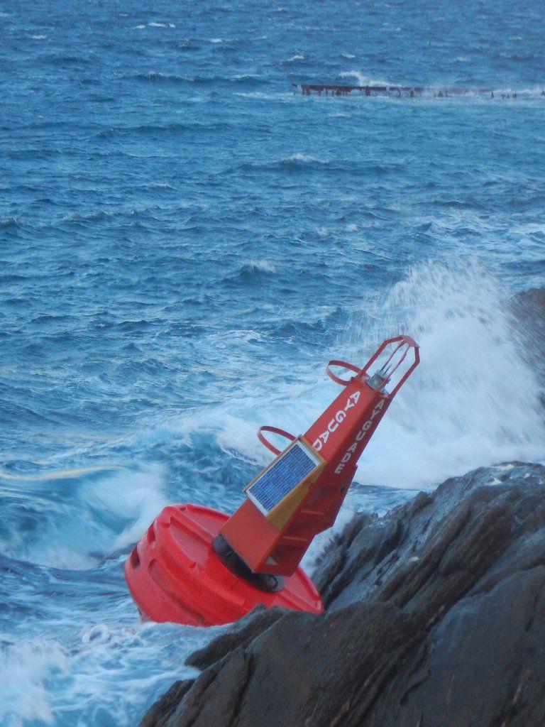 La bouée rouge bâbord du port de l'Ayguade a déradé