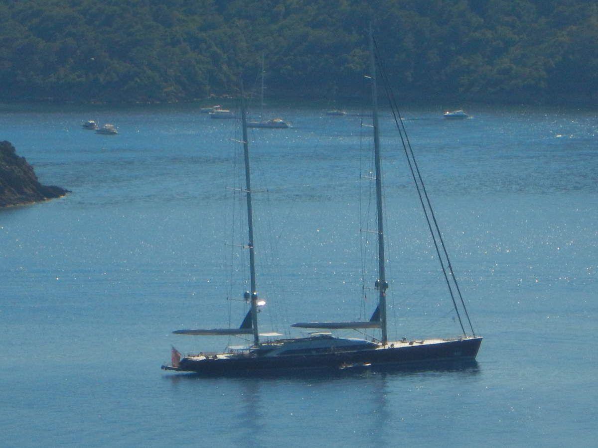 Un voilier de 70  m mouillé devant l'île du Levant : le SYBARIS