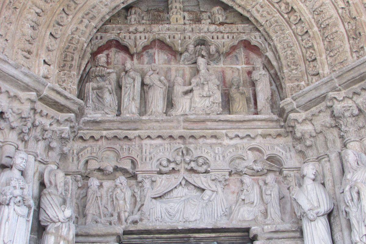 portail rappelant celui de la Gloire à St Jacques de compostelle...