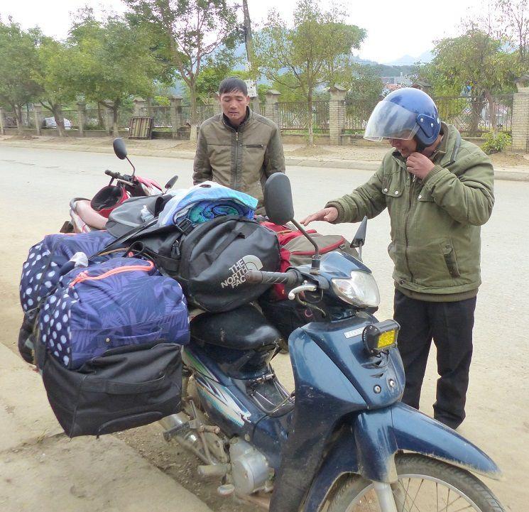 A Bac Ha , nous retrouvons nos porteurs avec leur moto et nos gros sacs à dos !
