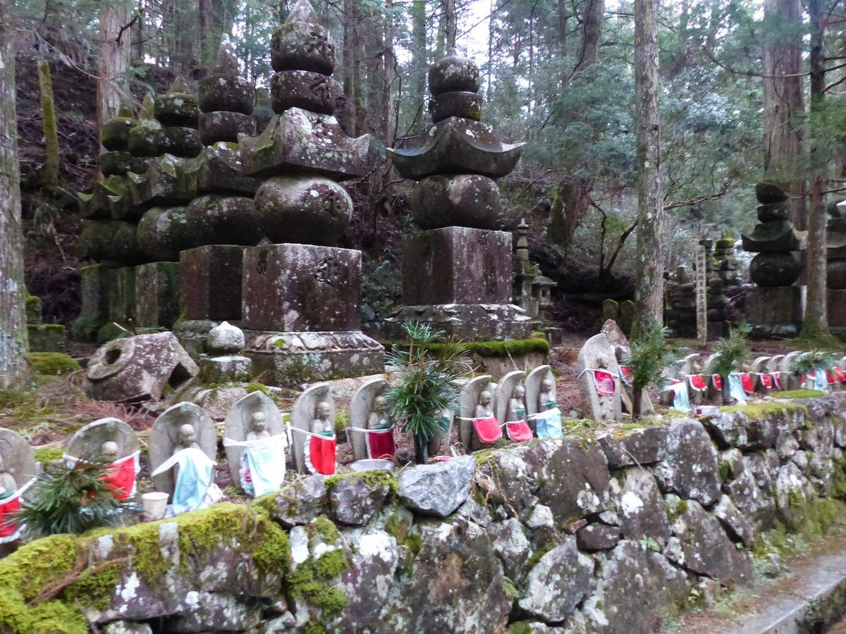 "ribambelle de ""jizô"" devant les Gôrin-tô , stupa à 5 étages ..."
