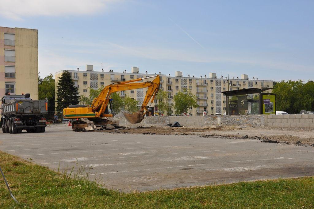 La pelle et le camion. Le chantier a commencé ce matin, comme Penhars Infos l'avait annoncé.