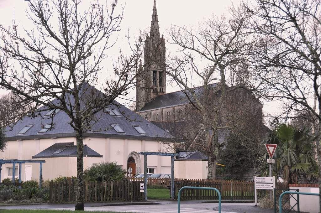 Au bourg de Penhars, l'église et la mosquée