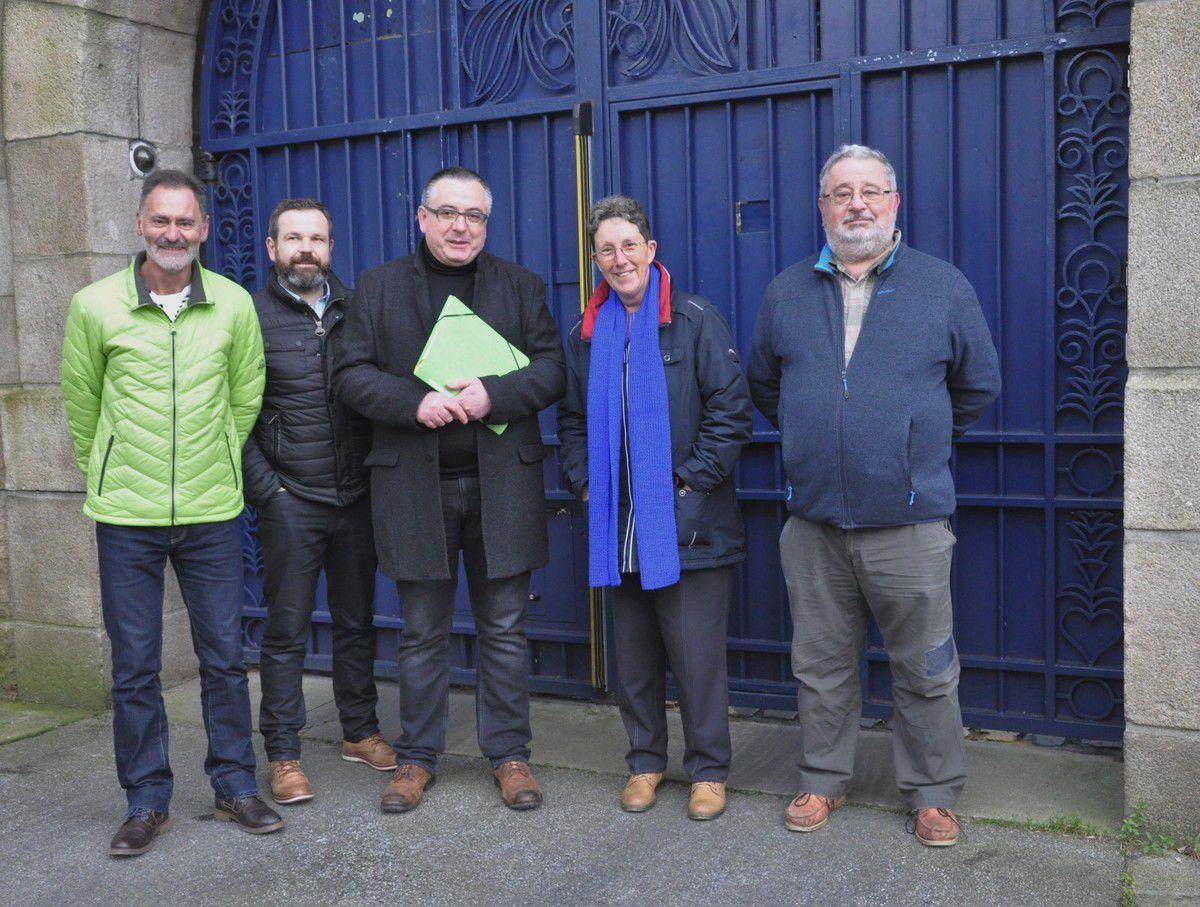 Jean-René, habitant, Laurent et Didier, commerçants aux 4 Vents, Muriel, habitante, Didier Degrennes qui cherche à vendre son fond de commerce bar tabac presse
