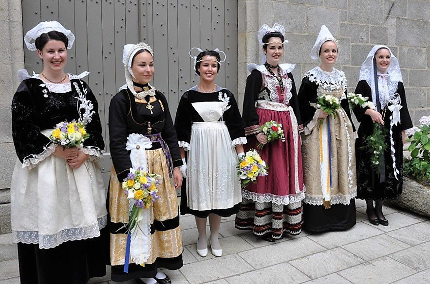 Camille Guyot (deuxième à gauche) reine 2015 et Nolwenn Peuron (deuxième à droite) et leurs demoiselles d'honneur... Vous vous rappelez leur nom ?