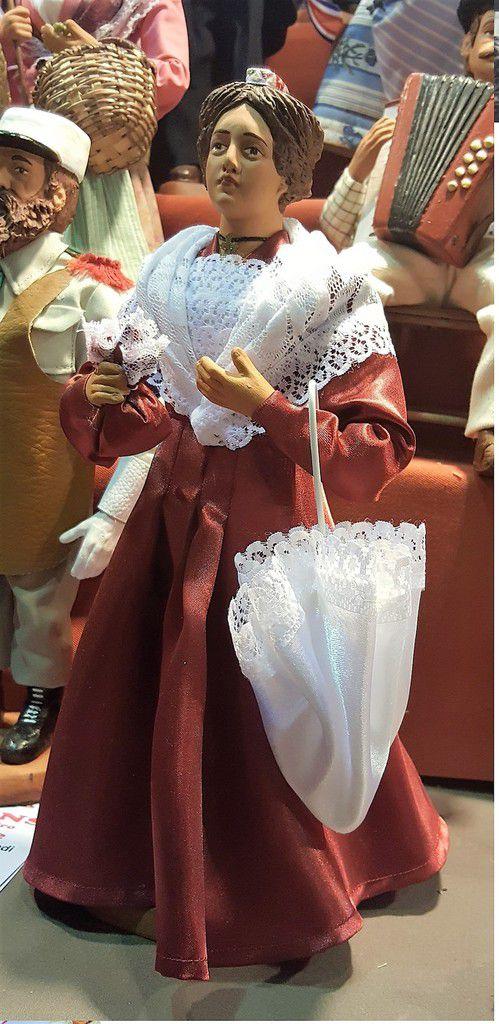 Une Arlésienne splendide, avec une robe dans un tissu moiré