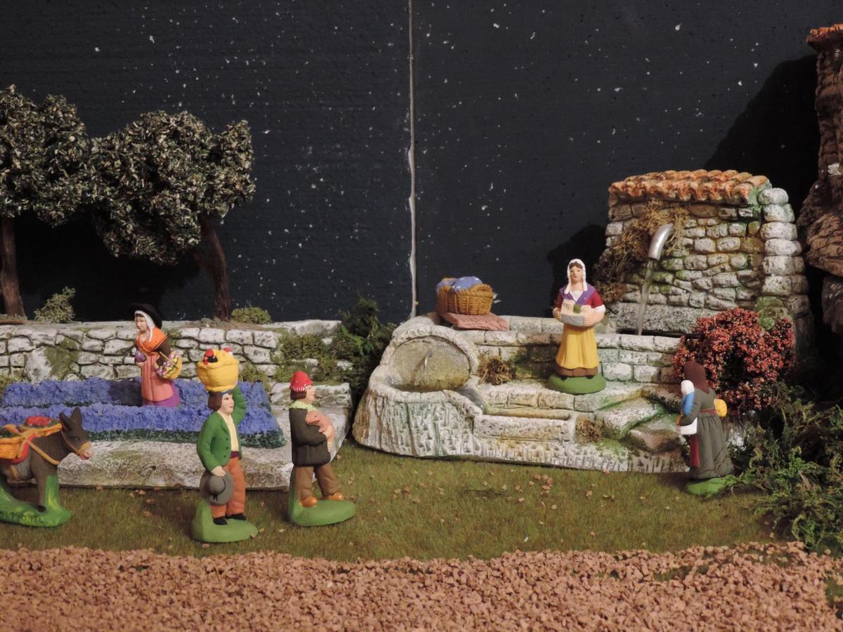 Les bugadières s'activent au lavoir (santons Richard).