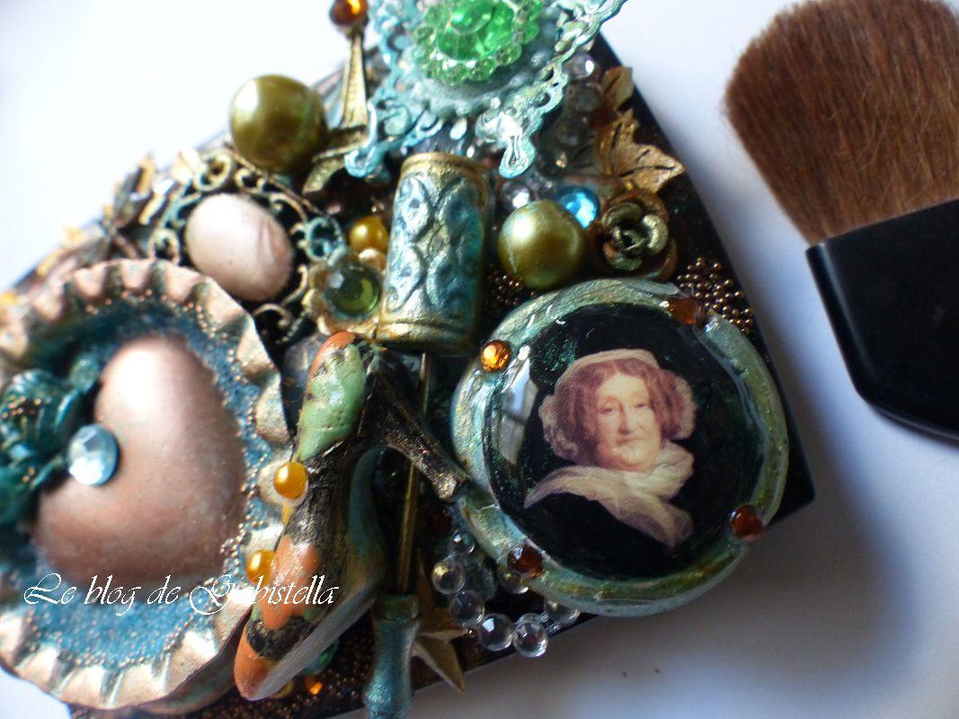 J'ai appliqué  les micro beads de Finnabair et des embellissements métalliques.  Par la suite, j'ajouté des fèves, des boutons et un bouchon de champagne.