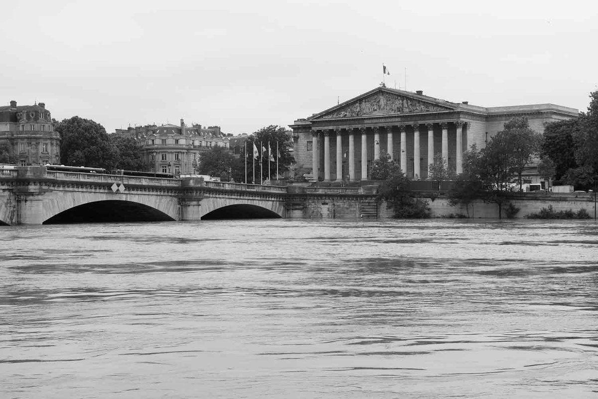La photo sépia est l'assemblée Nationale en 1910, celle en noir et blanc c'est l'Assemblée ce vendredi matin. La photo N°3 est une vue à proximité du musée du Louvre.