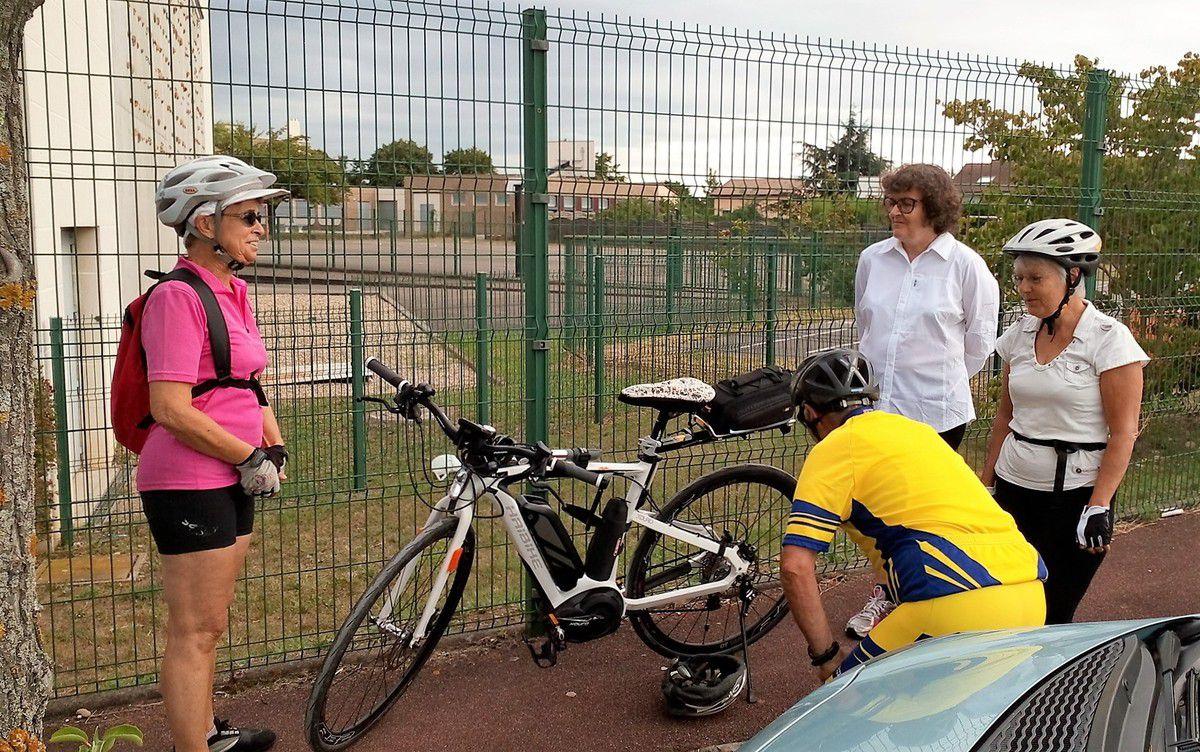 Jean Louis prépare le vélo et les photos