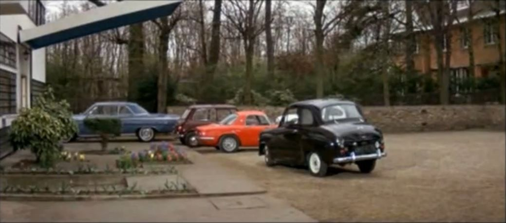 Puis la voiture entière lorsque Christian arrive avec les bijoux, à la trentième minute