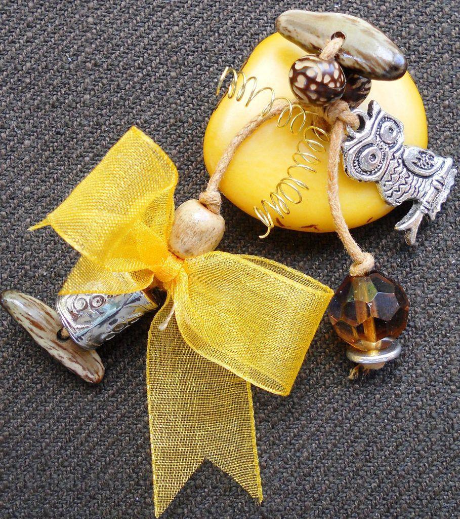 Broche ou barrette moutarde en ivoire végétal