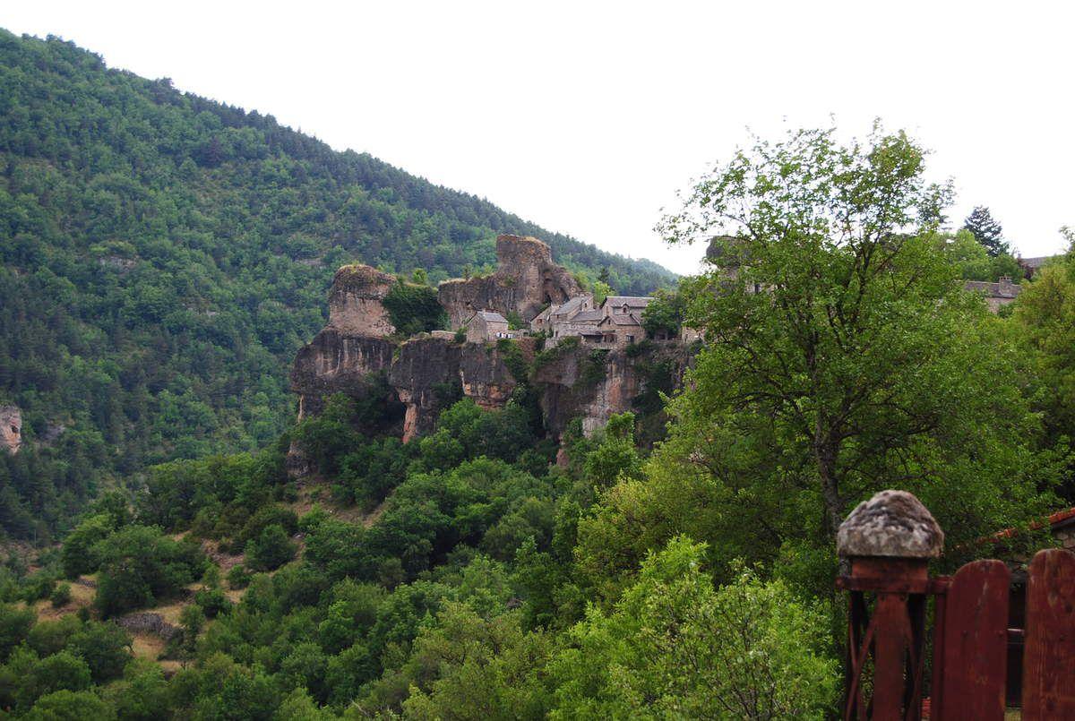 """Installé sur un piton rocheux (calcaire dolomitique), c'est une vraie citadelle imprenable! """"Cantobre"""" voudrait dire en celte : « Canto Briga » : la  Citadelle brillante."""
