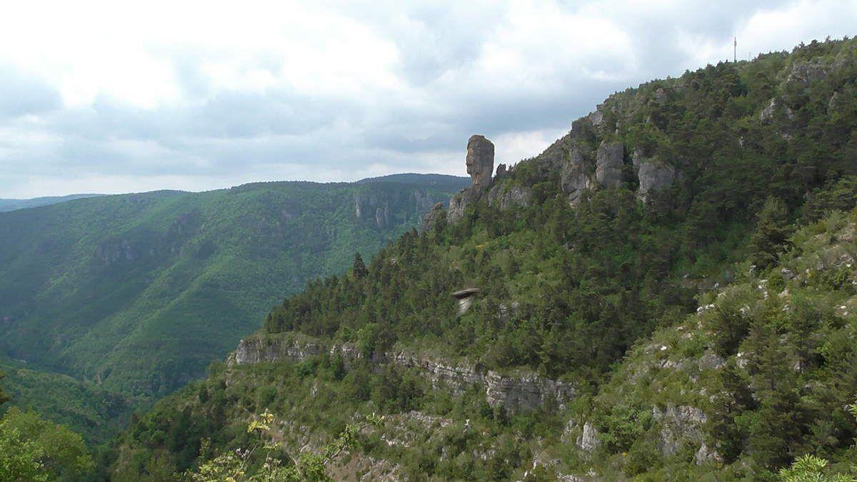 Nous quittons Montméjean. Dernier point de vue à gauche et à droite, veille un géant tutélaire sur la vallée de la Dourbie.