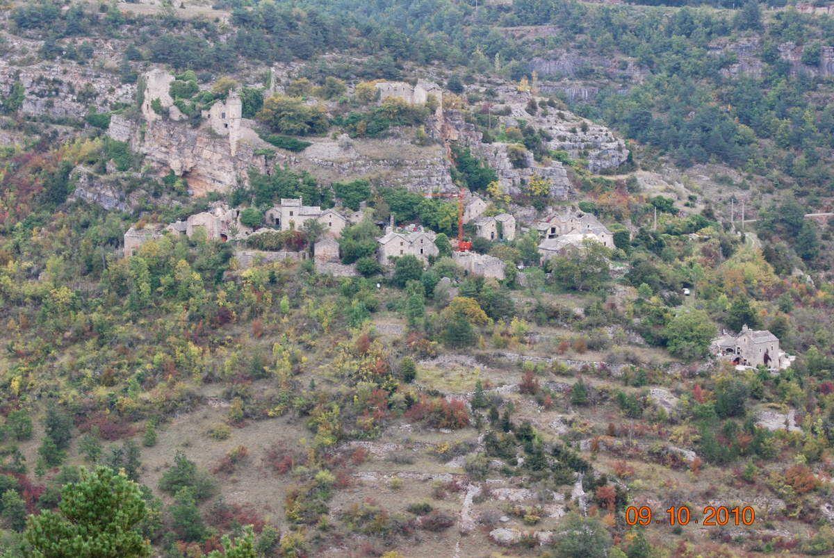 Une photo (2010) empruntée au net (voir le lien ci-dessous) et qui montre très bien  l'ensemble du village. Cliquez sur la photo pour l'agrandir!