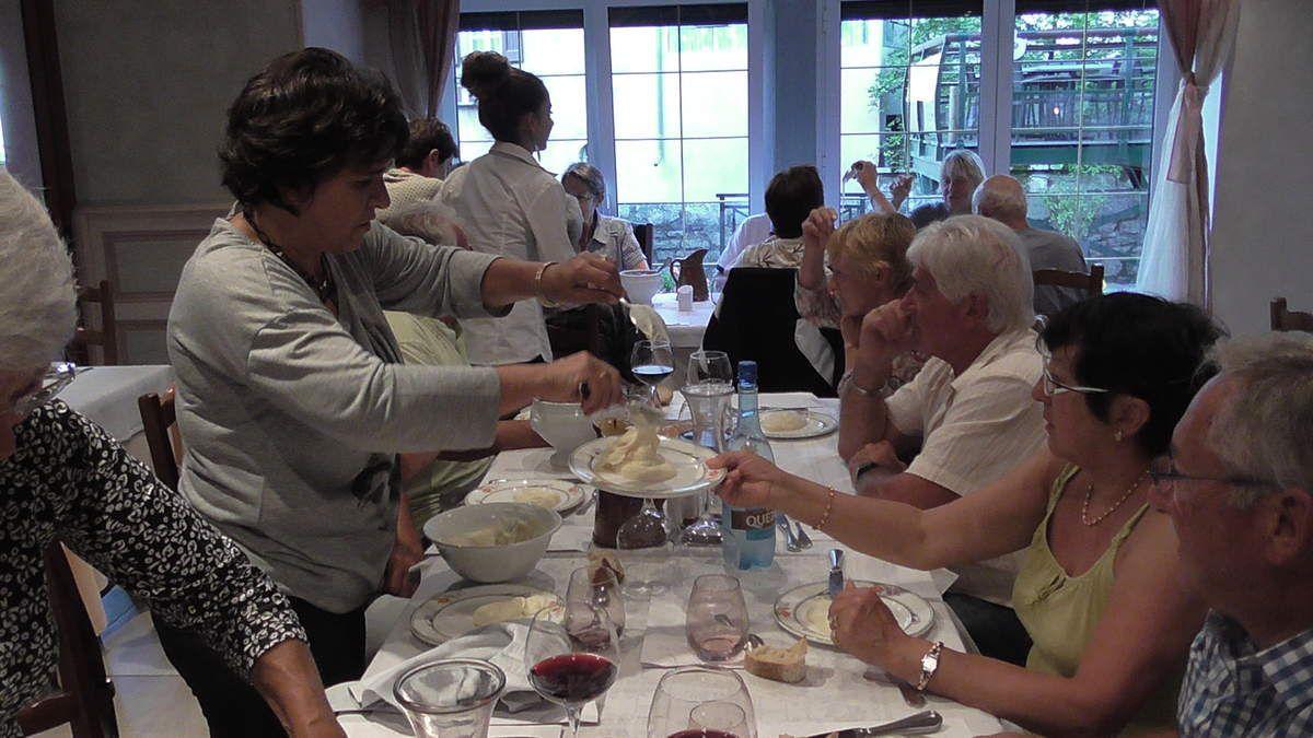 Au repas du soir : le fameux aligot, spécialité culinaire de la région à base de pommes-de-terre et de tome fraîche. Diététique..