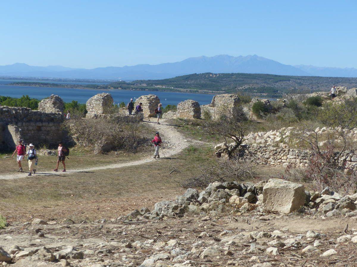 Belle vue sur ce qui reste du château de Leucate. Au sommet, encore debout, une petite chapelle.