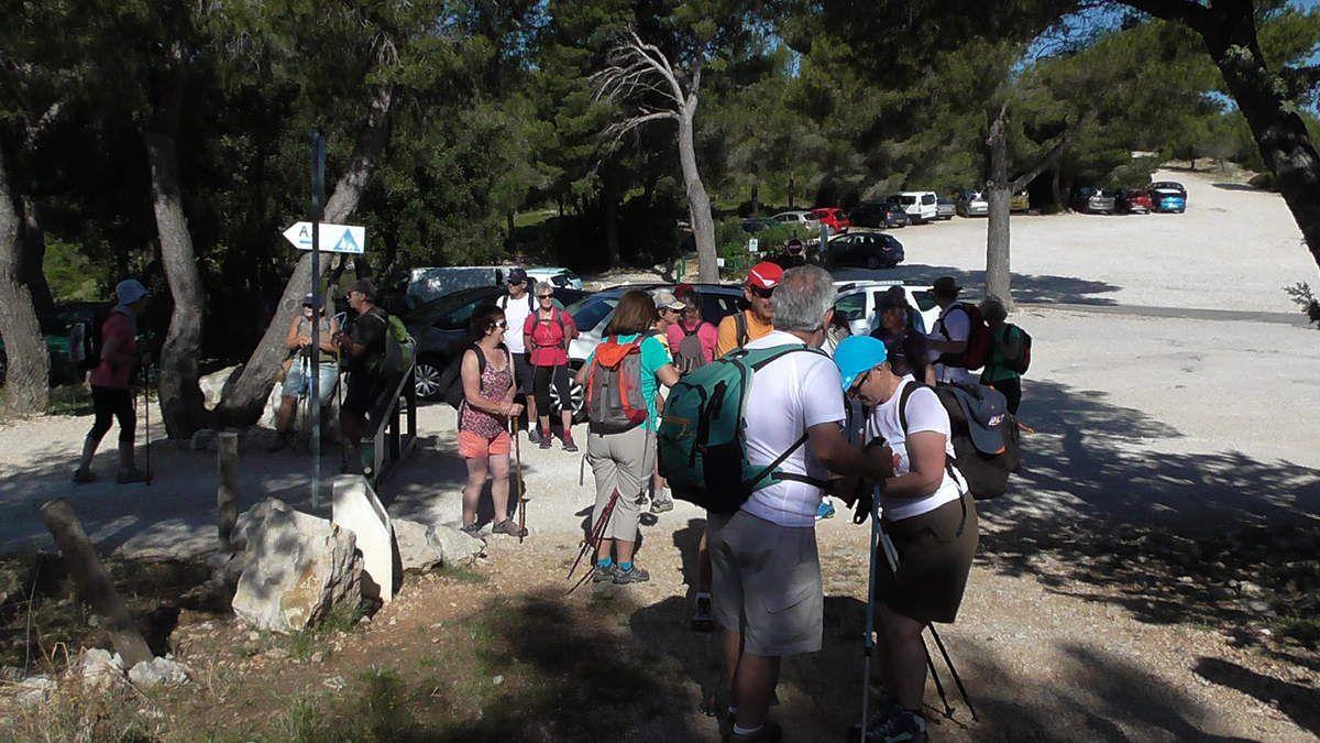 Parking du Col de Gardiole. Certains d'entre nous descendront vers  la Calanque d'En Vau; d'autres vers la Calanque de Port Pin.
